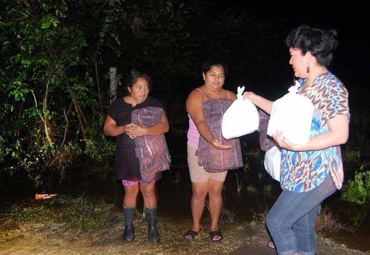 Personal del DIF visitó a los afectados de la colonia Los Cedros en la comunidad de Nicolás Bravo. (Cortesía/SIPSE)