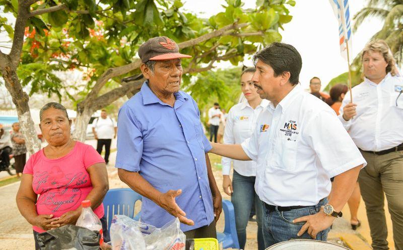 El candidato del cambio platicó con los habitantes del Akumal. (Cortesía)