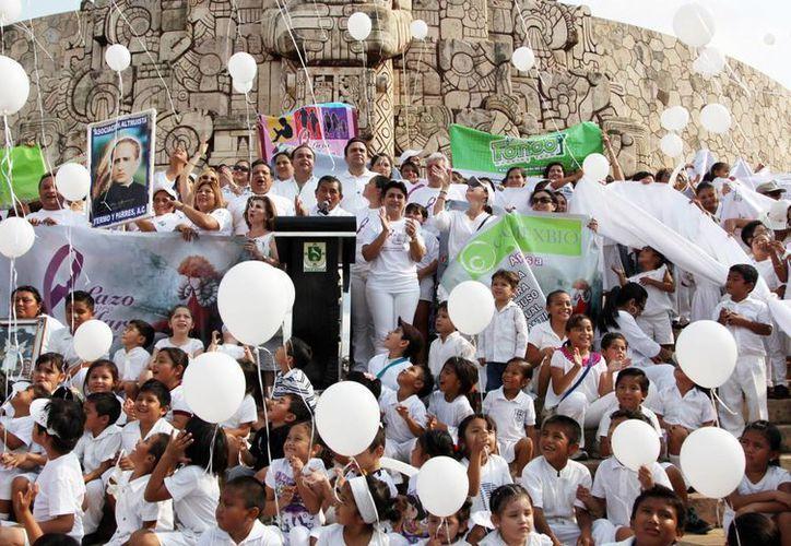 """Más de mil personas se dieron cita en el Paseo de Montejo para participar en la caminata promovida por el movimiento ciudadano """"Lazo para María"""". (Cortesía)"""