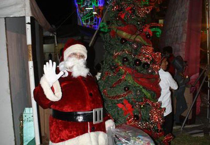 Fernando se viste de Santa Clouse cada año para llevar a los niños esperaza e ilusión. (Harold Alcocer/SIPSE)