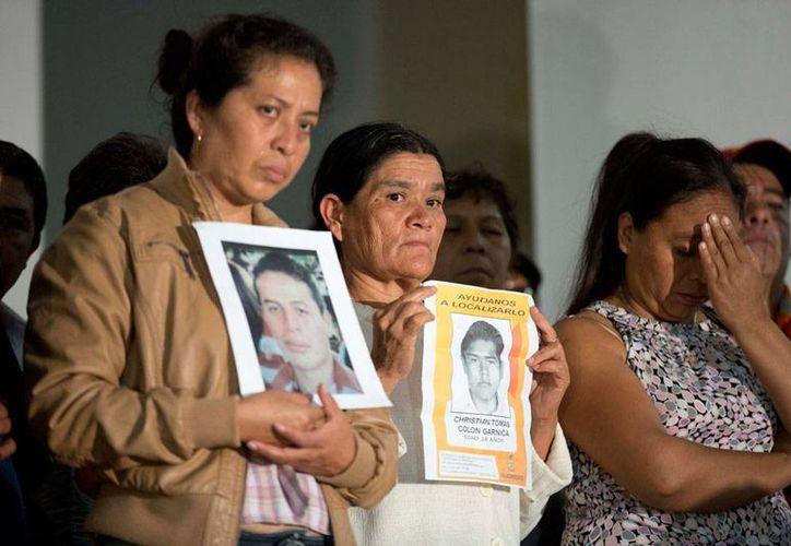 En conferencia de prensa, padres de familia de los estudiantes desaparecidos de la Escuela Normal de Ayotzinapa sólo quieren vivos a sus hijos. (AP)