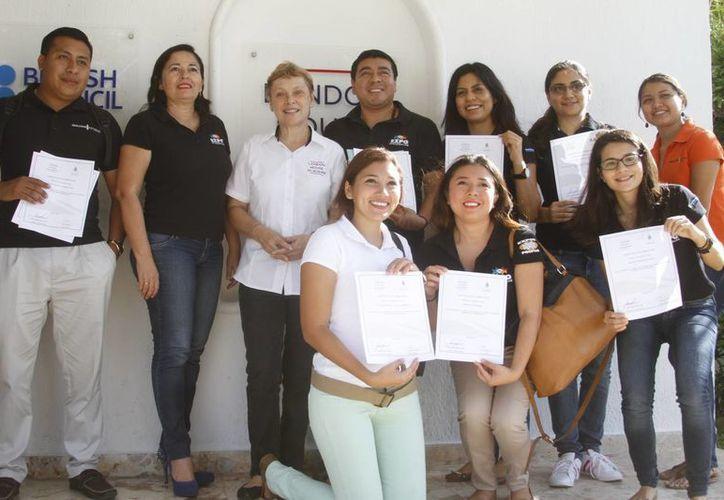 Imagen de los trabajadores que recibieron capacitación del idioma inglés en el London House Academy. (César González/SIPSE)