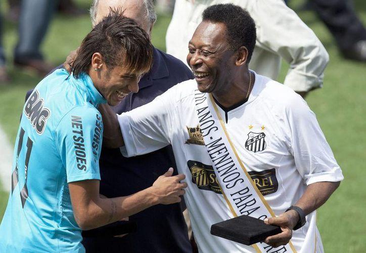 Neymar (i) y Pelé compartieron en Twitter algunos recuerdos con la Combi, icónica furgoneta de la Volkswagen. (EFE/Archivo)