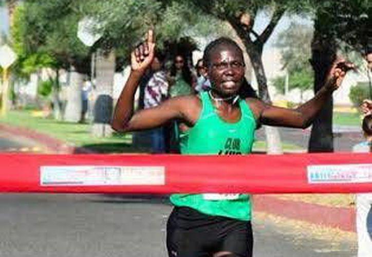 Imagen de la keniana Janet Jesiré Sonkoga al llegar a la meta de la Carrera Runners femenil de 10 kilómetros. (Milenio Novedades)