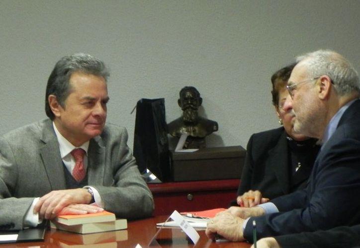 Coldwell, durante su encuentro con Stiglitz. (Notimex)