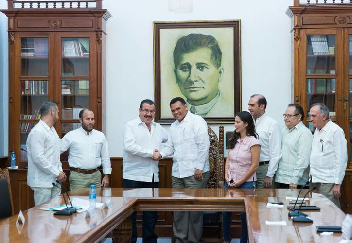 Este sábado el gobernador Rolando Zapata llegó a varios acuerdos con Federico Serrano Bañuelos (c), titular del Consejo Nacional de la Industria Maquiladora y Manufacturera de Exportación (Index), entre ellos el impulso conjunto a las Zonas Económicas Especiales. (Foto cortesía del Gobierno estatal)