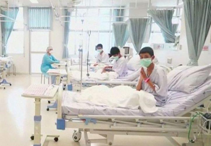 Los menores están siendo atendidos en sus camas en un hospital. (excelsior.com)