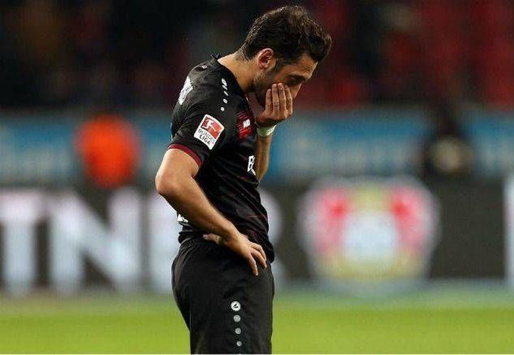 El jugador turco del Leverkusen, Hakan Calhanoglu, decidió no cobrar sueldo durante los cuatro meses que esté sin actividad, para no afectar más a su club. (@bayer04_es)