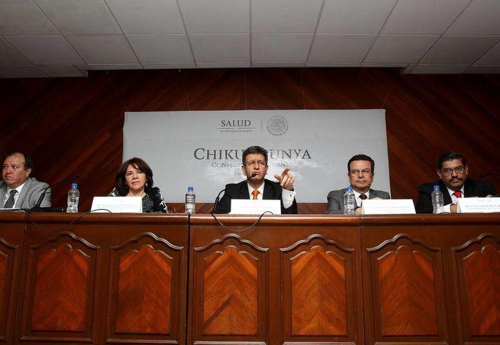 El subsecretario de Prevención y Promoción de la Salud, Pablo Kuri (c), informó que la mayoría de los casos de chikungunya en México se reportaron en los estados de Chiapas, Guerrero y Oaxaca. (EFE)
