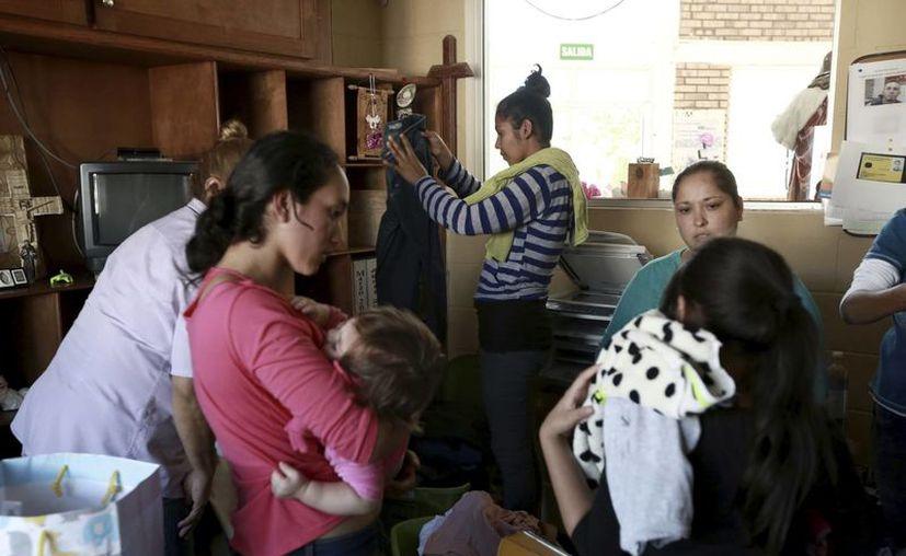 Mujeres deportadas hace poco de Estados Unidos llegan a un refugio migrantes en Ciudad Juárez. (AP/Christian Torres)