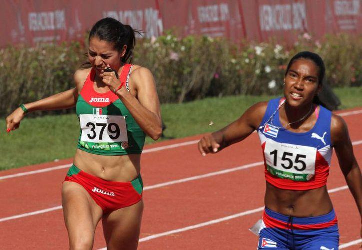 Cuba se colgó el oro en los 800 metros gracias a Rose Mary Almanza. Las medallas de plata y bronce fueron para las mexicanas Cristina Guevara y Gabriela Medina. (Notimex)