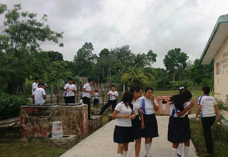 A partir de las siete de la mañana de ayer se reanudaron las clases, luego de que las autoridades educativas enviaran a una maestra para dar clases a los 20 alumnos que no contaban con profesor. (Edgardo Rodríguez/SIPSE)