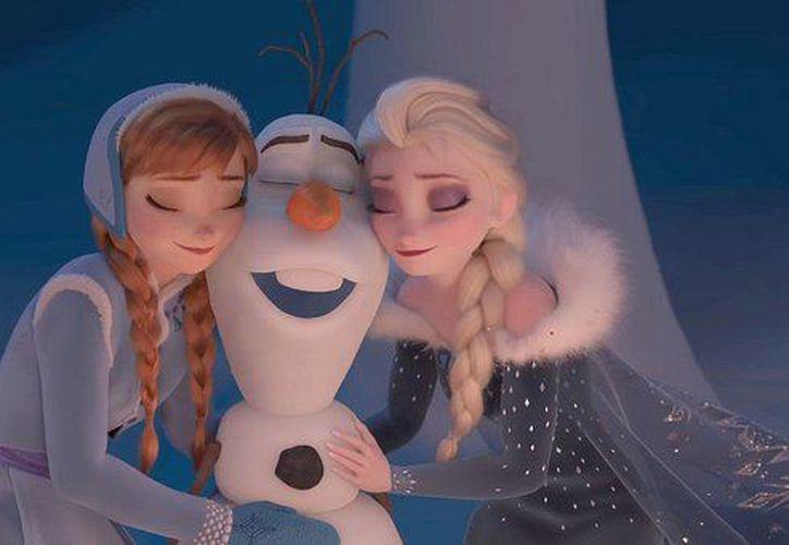 Olaf se une a Sven en una misión navideña. (Captura YouTube).