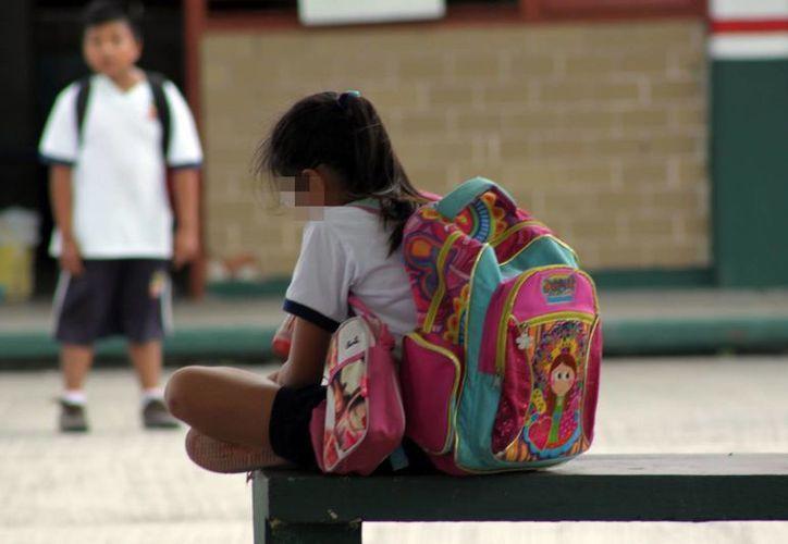 La niña agredida aseguró que no quiere regresar a la escuela y amenazó con encerrarse en el baño para no salir. Imagen de contexto de una niña en la escuela. (Arhivo/SIPSE)