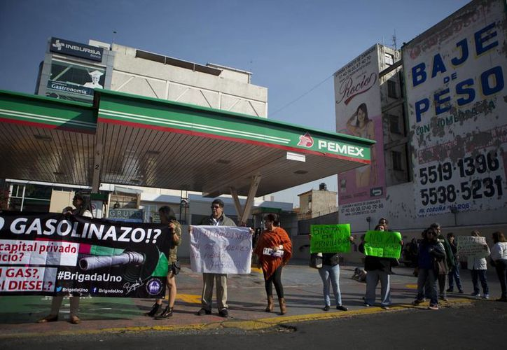 People block access to one of several gas stations closed by protests over gas price increases on Calzada de Tlalpan in Mexico City, Tuesday, Jan. 3, 2017. Nationwide protests continued for a third day as small groups shut down gas stations and roads to protest a price deregulation that sent the cost of fuel up by as much as 20 percent. (AP/Rebecca Blackwell)