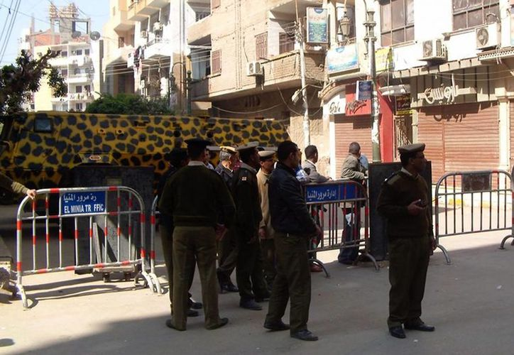 Varios agentes de policía custodian la entrada del Tribunal Penal de Minia, Egipto hoy. (EFE)