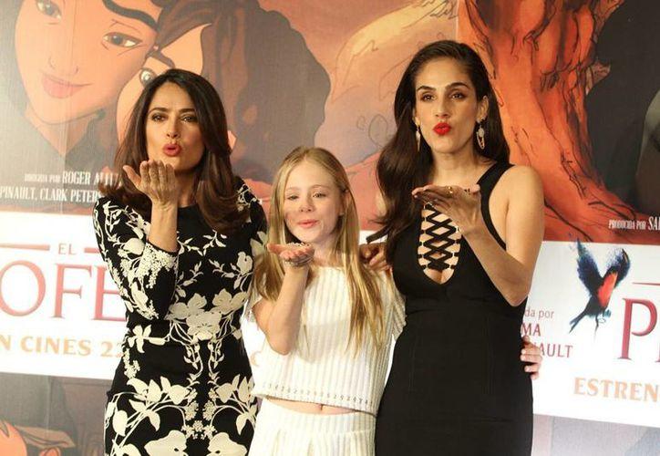 Salma Hayek (primera de la izq.) presentó en México la cinta animada 'El Profeta', en la que participan, con su voz, las actrices Loreto Peralta (en medio) y Sandra Echeverría. (NTX)