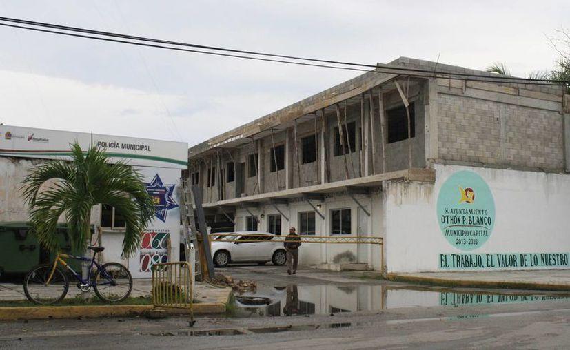 La obra ubicada en la parte posterior del Palacio Municipal se encuentra en riesgo de demolición. (Harold Alcocer/SIPSE)