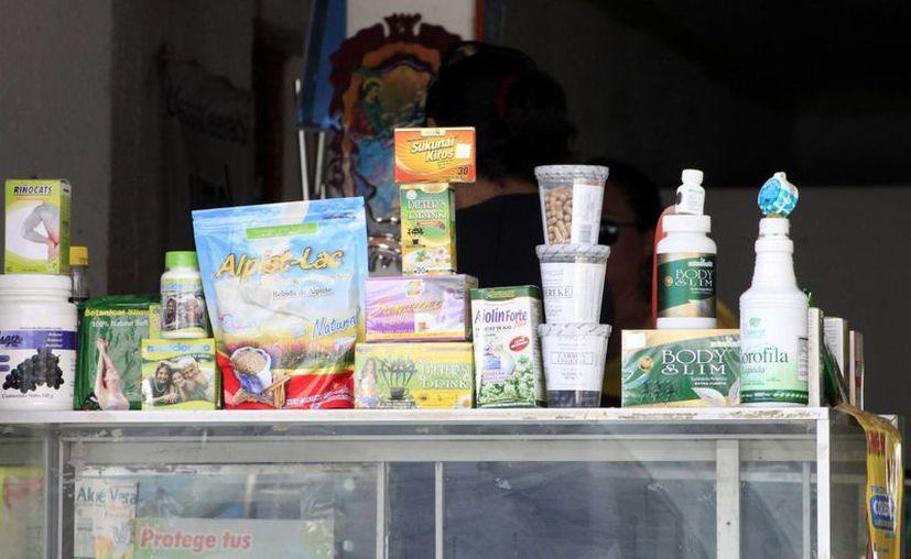 Se le ha enviado notificaciones a los establecimientos que ofertan productos naturales para evitar su comercialización. (Harold Alcocer/SIPSE)