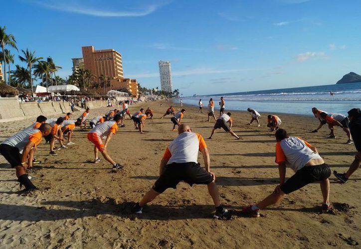 La más reciente jornada de Leones de Yucatán inició con extensos ejercicios de acondicionamiento físico antes de pasar cada quien a sus posiciones habituales para realizar jugadas. (Milenio Novedades)