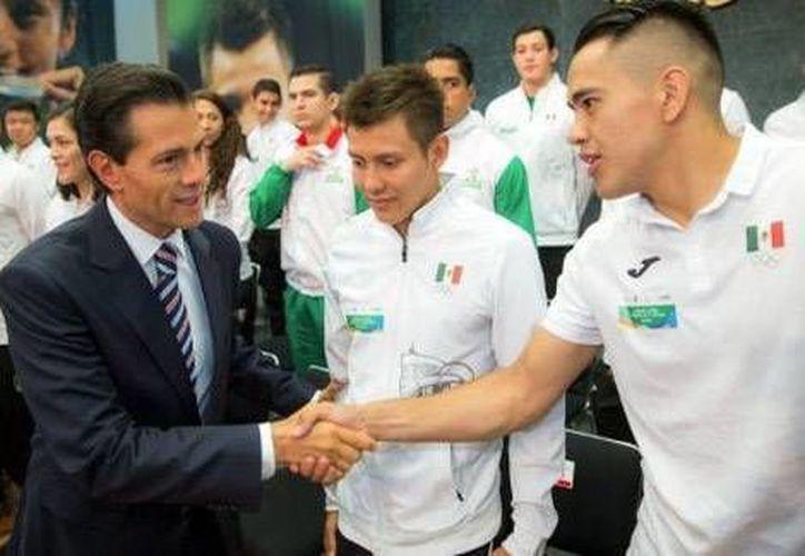 Peña Nieto y los deportistas Olímpicos se reunieron, este viernes, en Los Pinos. En la foto,el presidente saluda al medallista Olímpico Misael Rodríguez.(Foto tomada de Twitter/@PresidenciaMX)