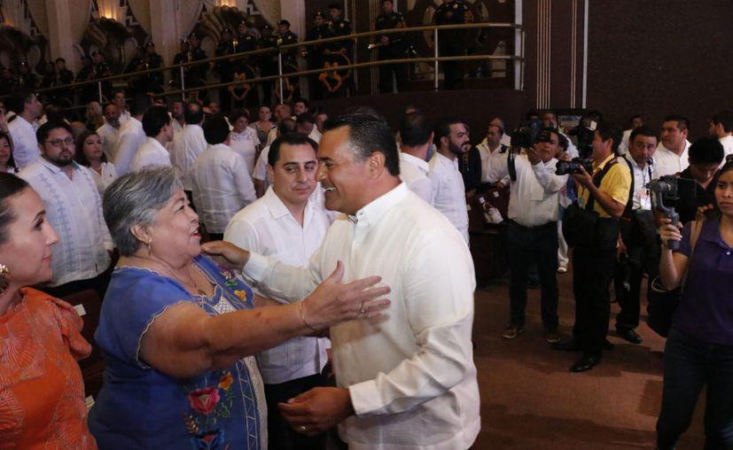 El alcalde saludó a los asistentes al informe. (José Acosta)