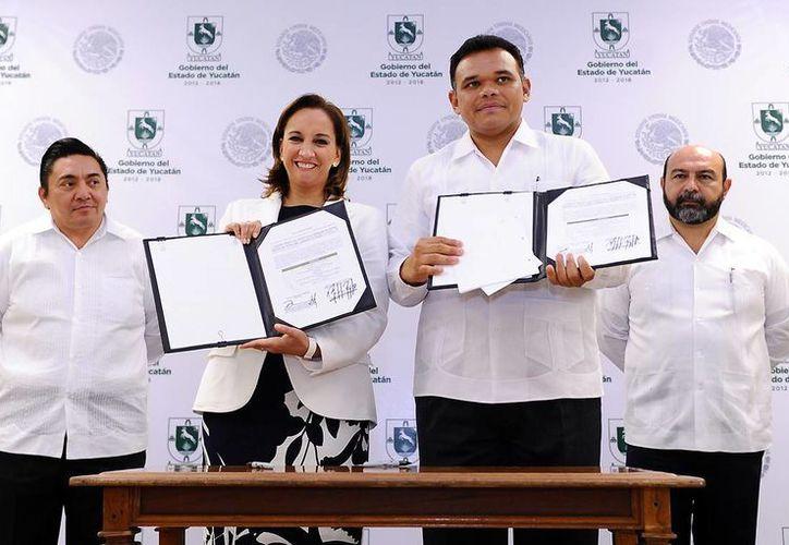El gobernador Rolando Zapata y la titular de la Sectur, Claudia Ruiz Massieu, con el convenio firmado. (Cortesía)