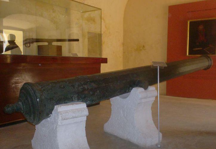El cañón de bronce tipo media culebrina, de posible fabricación escocesa, encontrado en Cayo Arcas, está en exhibición en el museo de San José el Alto, en Campeche. (Cortesía)