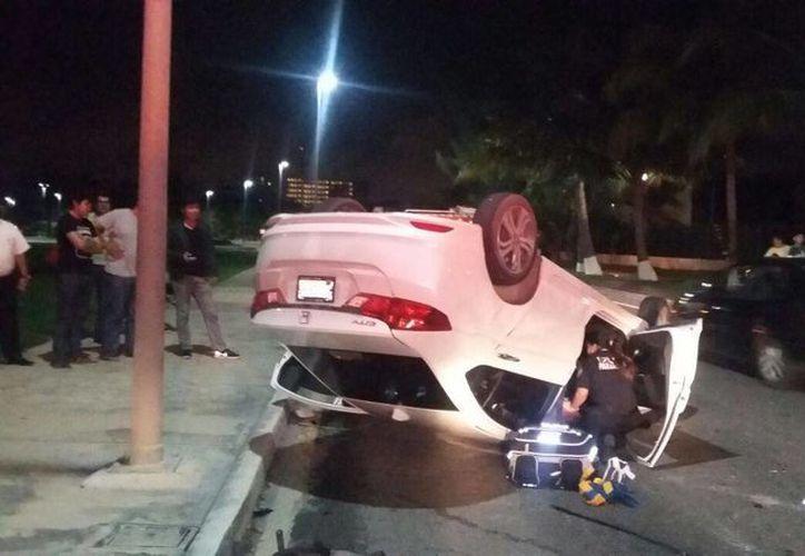 El auto quedó volcado en el killómetro 5.5 de la zona hotelera. (Redacción/SIPSE)