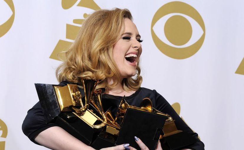 La cantante británica Adele posa con sus 6 galardones tras convertirse en la gran triunfadora de la 54 edición de Grammy este año. (EFE)