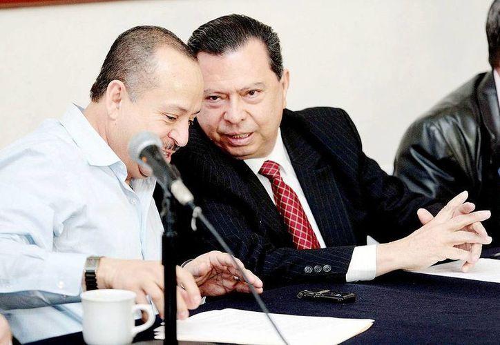 Martínez Pasalagua (i) fue acusado de tener nexos con Caballeros Templarios. (lajornadamichoacan.com.mx)
