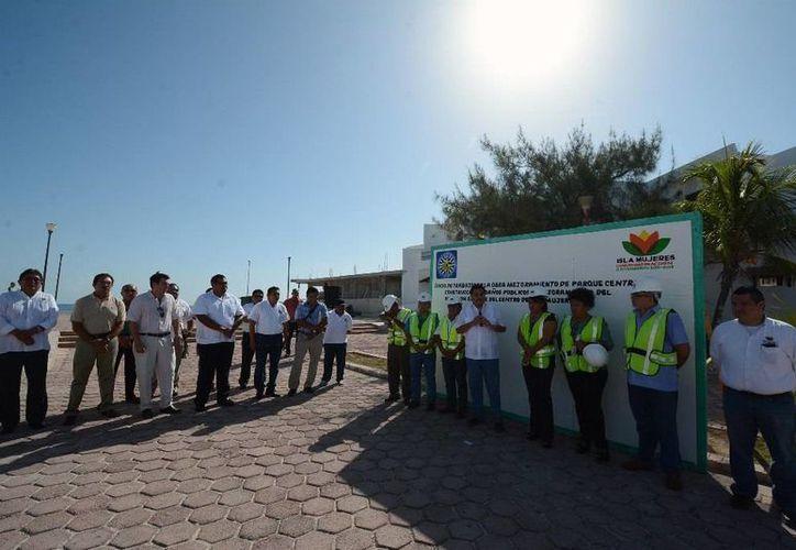 El presidente municipal de Isla Mujeres, Agapito Magaña, encabezó el inició de los trabajos. (Redacción/SIPSE)