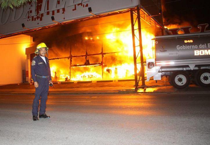 El incendio en Modatelas, la noche del lunes 3 de marzo, consumió en cuestión de minutos el local de la tienda. (Martín González/SIPSE)