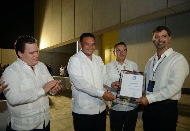Alejandro Mier y Terán (d) recibe de manos del Presidente de Coparmex Yucatán y gobernador Zapata Bello, un reconocimiento. (Cortesía)