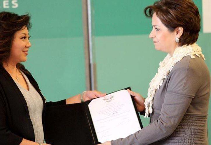 Ma Jin recibió el galardón de manos de la secretaria de Relaciones Exteriores, Patricia Espinoza. (Notimex)