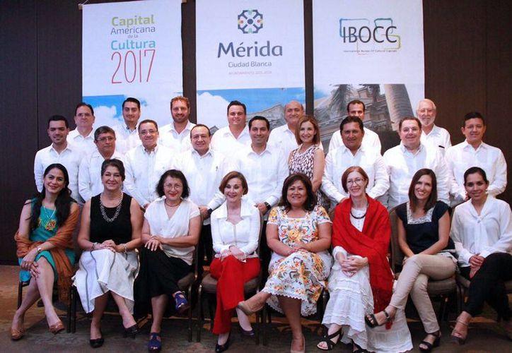 Fotografía de los integrantes del Comité Ciudadano 'Mérida, Capital Americana de la Cultura (CAC) 2017'. (Milenio Novedades)