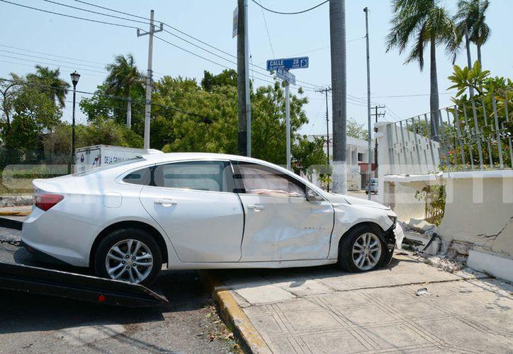 El accidente dañó incluso el muro de una vivienda. (Victoria González/ SIPSE)