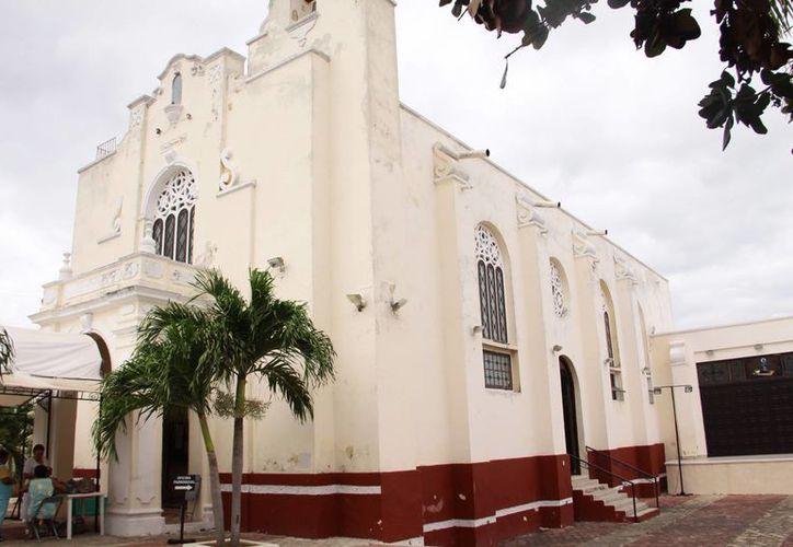 La parroquia de San Rafael Arcángel no es un edificio histórico de valor colonial, pero los detalles de su edificación los relacionan con el concepto o los modelos de arquitectura que prevalecen en esa parte de la ciudad, que llegó a ser una zona residencial importante. (Jorge Acosta/Milenio Novedades)