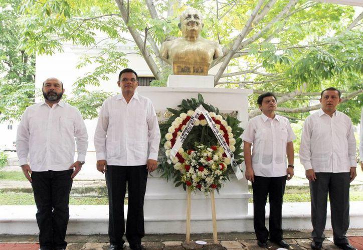 Autoridades estatales realizaron una guardia de honor ante el busto de Antonio Mediz Bolio. (Milenio Novedades)