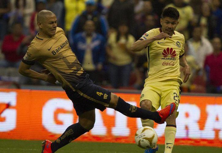 El capitán de Pumas de la UNAM, Darío Verón (izquierda), y el portero de América, Moisés Muñoz, instaron a la No Violencia para el duelo de este domingo en la vuelta de las semifinales del Torneo Apertura 2015. (Notimex)