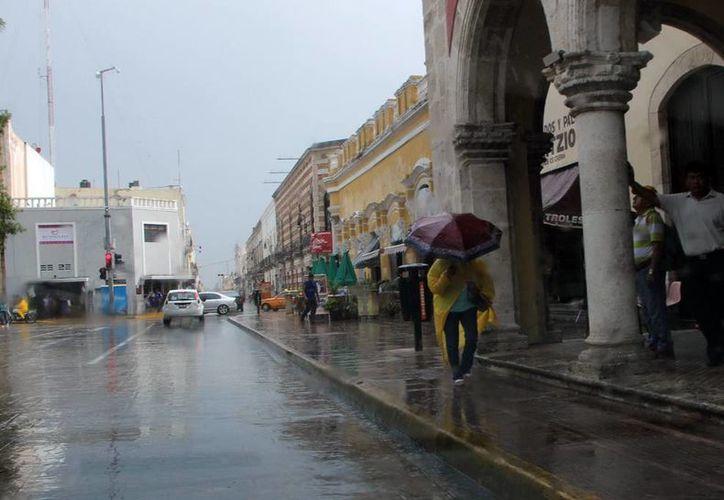 La onda tropical No. 13 ocasionó lluvias ayer en Mérida. (José Acosta/SIPSE)
