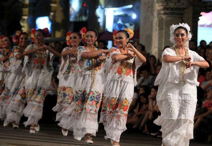 Hoy ya se tienen reglas claras sobre la lengua maya en todo Yucatán. En la foto, representación de una boda maya en el Centro Histórico de Mérida. (Foto de contexto de Notimex)