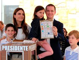 Anaya emite su voto en Querétaro