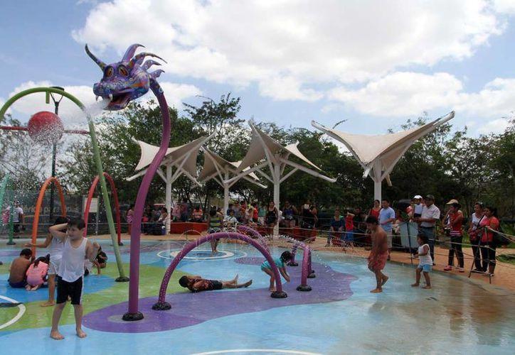 Los niños mitigaron el calor con las refrescantes aguas de las fuentes en el parque Animaya. (Amílcar Rodríguez/Milenio Novedades)