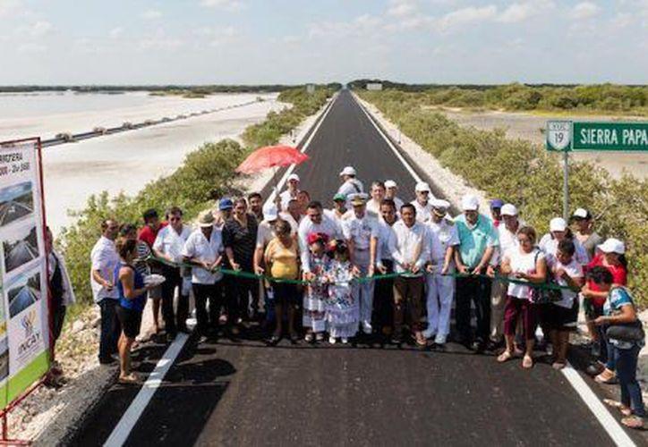 En la plaza principal de Chuburná Puerto, Rolando Zapata, titular del Poder Ejecutivo en Yucatán recordó que la remodelación era prioridad de los habitantes. (SIPSE)