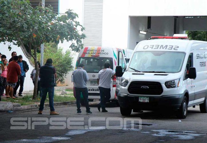 La ambulancia se estacionó en la base de policías instalada en el lugar.