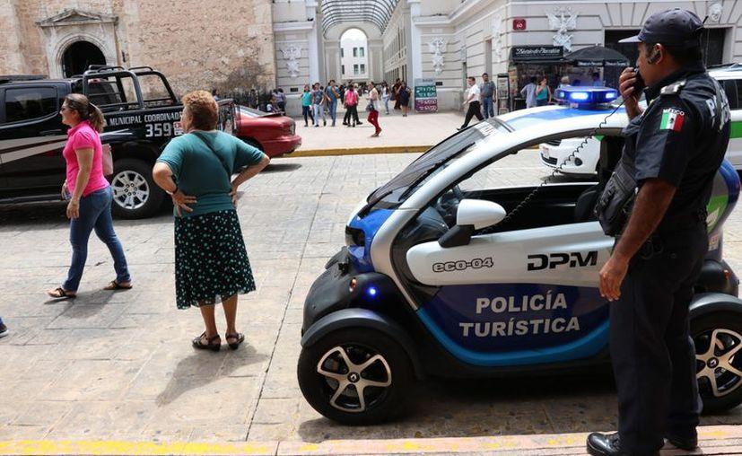 """Los agentes """"invitan"""" a la gente a no cruzar a media calle. (Daniel Sandoval/Milenio Novedades)"""