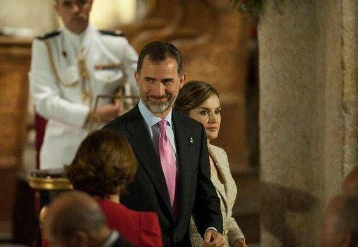 Los reyes de España, Felipe VI y Letizia acuden  a la entrega del premio Príncipe de Viana en el Monasterio de Leyre en el norte de España, este lunes 15 de junio de 2015. (AP Foto/Alvaro Barrientos)