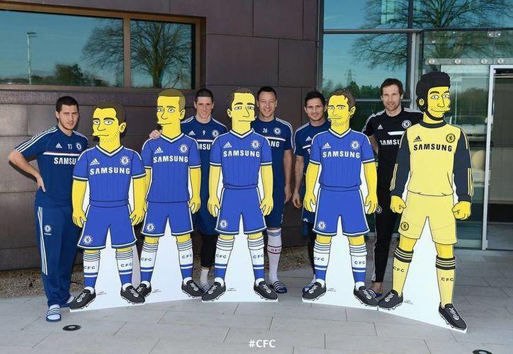 Los jugadores del Chelsea que participan en los 'Simpson' se tomaron la foto junto a sus personajes de la famosa serie de la cadena Fox y lo subieron a su página de Facebook.