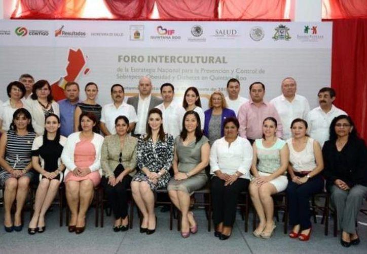 Representantes del Congreso del Estado, gobierno estatal y autoridades educativas estuvieron presentes en el foro de análisis. (Cortesía/SIPSE)